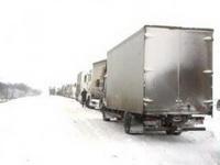 Из-за снега в Киеве и Москве стоят грузовики